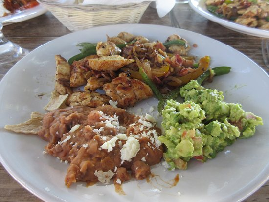 La Concha Beach Resort: poolside lunch chicken fajitas