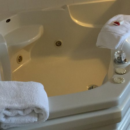 Chelsea, MI: The Room With The Jacuzzi, Great Room Jacuzzi was awesome, bed roomy and comfy bathroom was nice