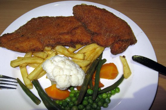 Sussex Inlet, Avustralya: Thin, dry, overcooked (in old oil) schnitzl with chewy limp chips.
