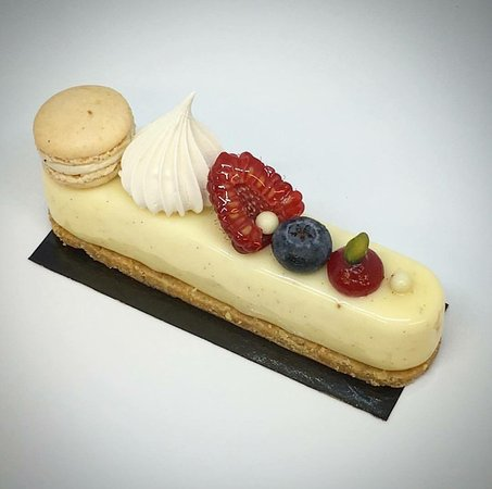 Julien Plumart Cafe: Le cheesecake vanilla & fruits rouge (Cheesecake mousse, red fruit coulis, restructured sable