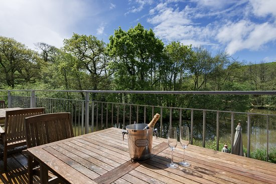 Lanreath, UK: The decking overlooking one of the tranquil lakes