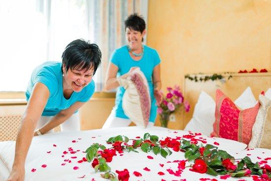 Hotel-Restaurant Brücklwirt: Gerne dekorieren wir Ihr Zimmer auf Wunsch romantisch mit Rosenblüten
