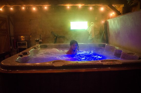 Lowe Farm B&B: The large hot tub inside the beautiful wooden hut.