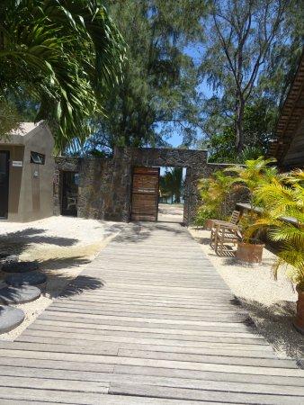 Villas Mon Plaisir: Vanuit hotel loop je zo naar de zee