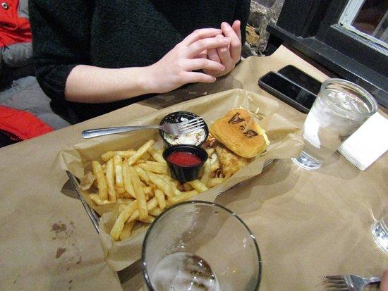 Newburyport, Μασαχουσέτη: daughter got chicken and fries