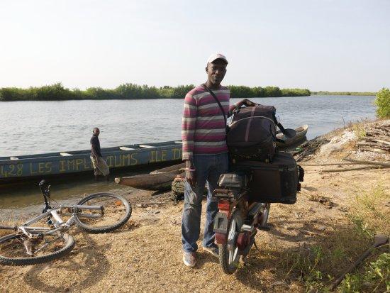 Oussouye, Senegal: départ avec les vélos en pirogue pour l'île d'Egueye