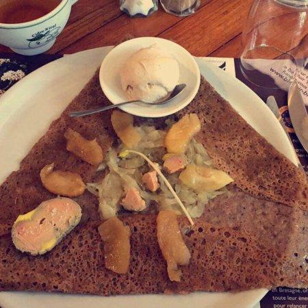 Saint-Ave, França: Galette Caprice - Foie gras maison, confit d'oignon, pomme fruit et glace au pain d'épices - Un
