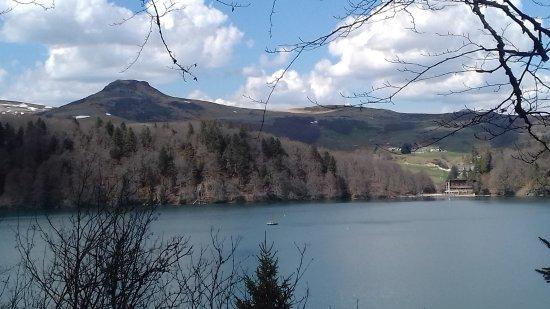 Lac Pavin avec le puy de chambourguet en arrière plan