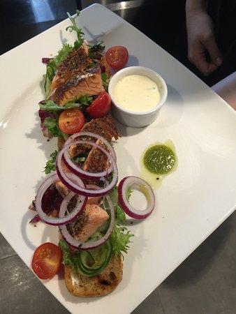 Sistranda, Noorwegen: Laksebruchetta til lunsj; med varmrøkt laks fra Dolmøy House of Seafood