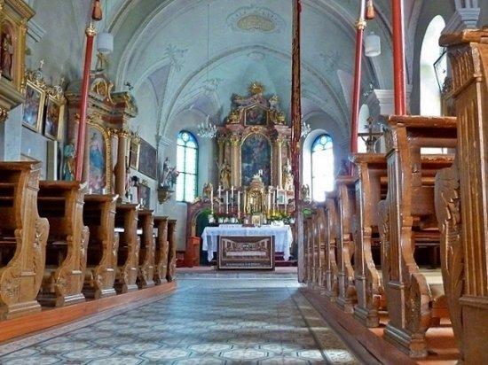 Parrocchia Santo Leonardo : Interno e altare maggiore