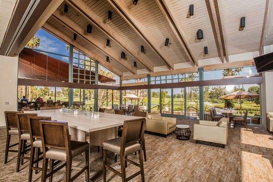 Tustin, CA: Broadmoor bar and lounge in main restaurant.