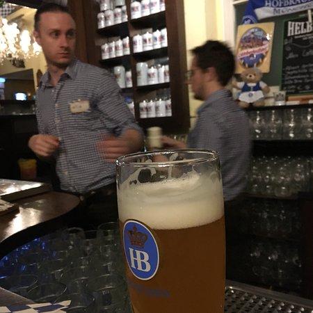 Hofbraeuhaus Hamburg: Traditionnelle brasserie Allemande, tout démarre par une bonne petite bière 🍺0,5l