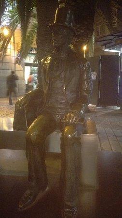 Estatua de Hans Christian Andersen: Statue at night