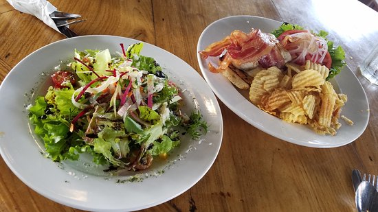 Holualoa, Hawái: Salad was well presented and taste to match, crispy and light use of dressing, excellent