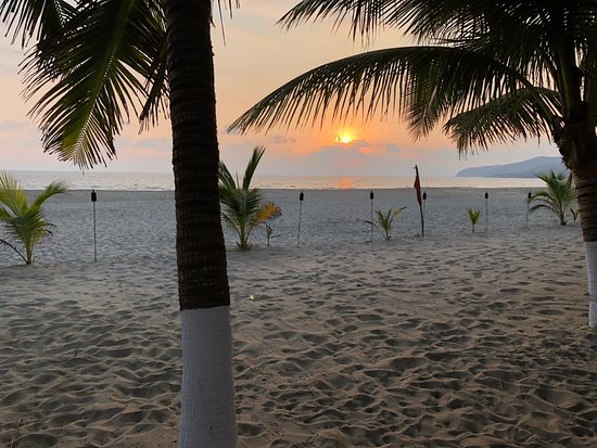 Puerta Paraíso Hotel Boutique: The beach at sunset.