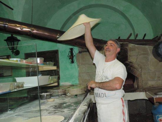 Pontedassio, Italia: Notre Vincenzo faisant tourner sa pâte : quelle compétence !