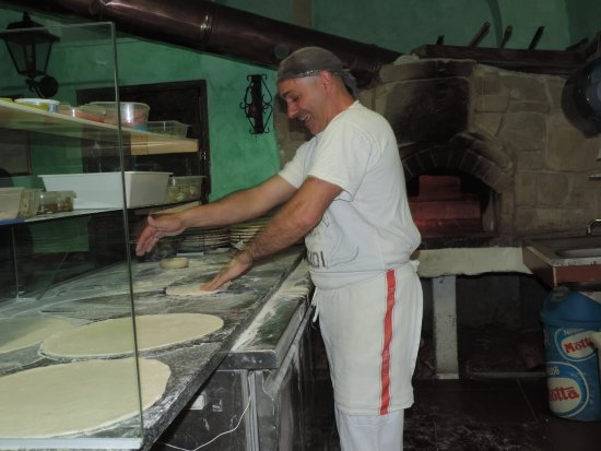 Pontedassio, Italia: Quand Vincenzo prépare ses pâtes à pizza artisanalement !