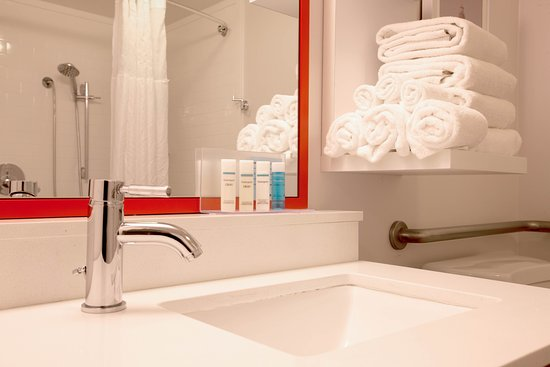 Hampton Inn Pennsville : Standard Guestroom Bathroom with Tub