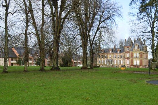 Gonneville-sur-Honfleur, Frankrijk: Apartments flank the avenue leading to the chateau
