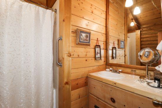 Fawnskin, CA: Woodland Room Bathroom
