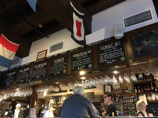 The Lord Nelson Brewery Hotel: バーカウンター