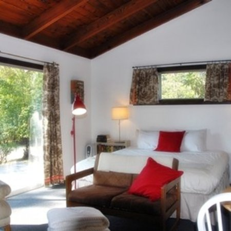 Little River, Kalifornien: Cabin 5 is called Read. A cozy room dedicated to books, reading, and libraries.