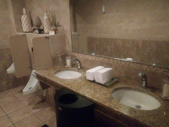Lithos Restaurant: Men's room