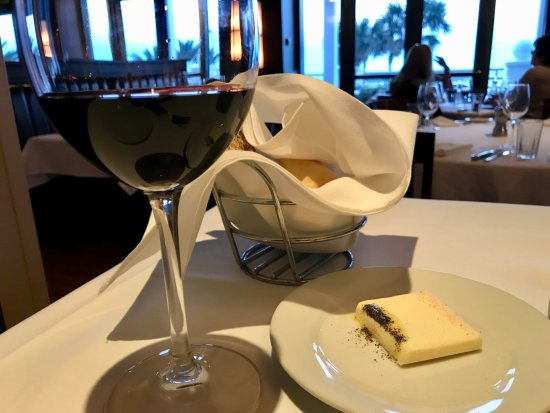Hyde Park Prime Steakhouse : ワインも豊富です。これはカリフォルニア産ピノノワールです。