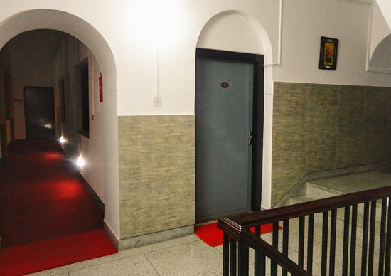 Hotel Shakti: Passageway to rooms