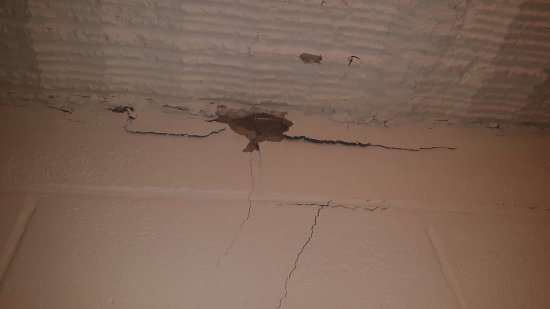 Desert View Apartments: cracks