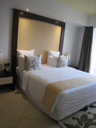 Best Western Plus Peninsula Hotel: King bed for a good night's rest