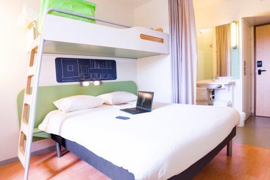 chambre standard avec vue du rideau de s paration entre la chambre et la salle de bain picture. Black Bedroom Furniture Sets. Home Design Ideas