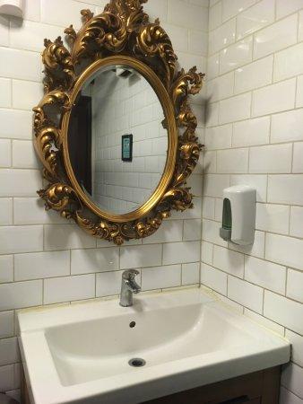 Specchio Con Cornice Per Bagno.Anche I Bagni Sono Tipici Con Tanto Di Specchio Dalla