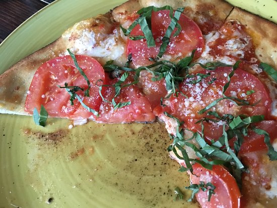 Collision Bend Brewery: Margherita 'za w sliced tomatoes, parmesan, mozzarella, basil