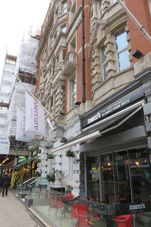 Mercure London Bloomsbury: Hotel from side showing Marco's restuarant