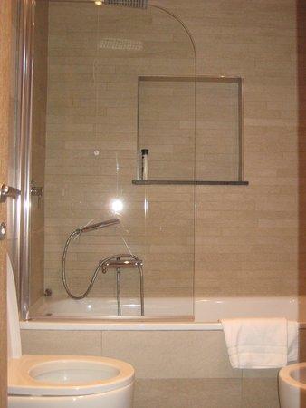 Hotel Morgana: Wanne mit Dusche
