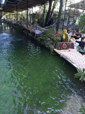 Saklikent, Turquia: Su kenarında bir minder üzerinde restoranımızın keyfini çıkarın