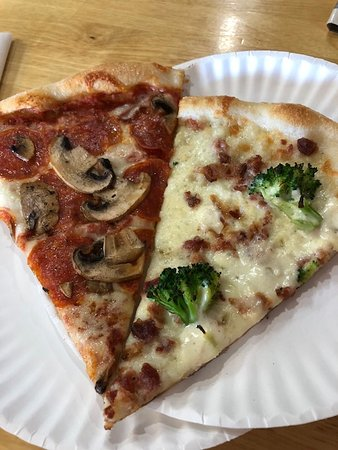 Southern Shores, Βόρεια Καρολίνα: Who would have thought - broccoli on a pizza? It was awesome!