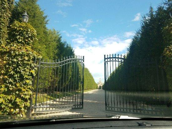 Oheka Castle Mansion Tours: Oheka Castle Driveway