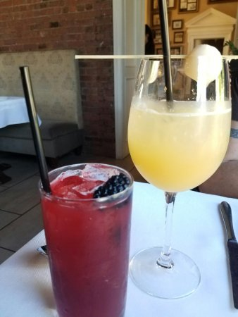 Oheka Castle Mansion Tours: Oheka Castle Restaurant Refreshing and delicious drinks