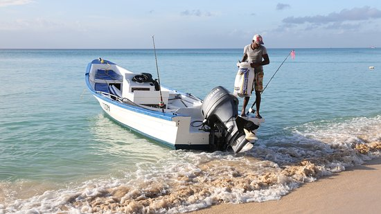 Lone Star Restaurant & Hotel: A local fisherman arriving with the day´s catch