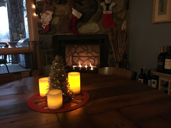 Twisp, WA: Cozy by the lobby fireplace during the holidays.