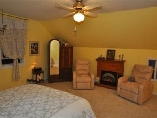 New Haven, MO: Guest room