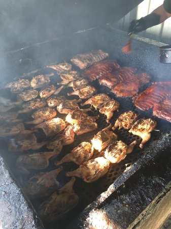 Chapmansboro, เทนเนสซี: Hickory smoked chicken, ribs and bbq