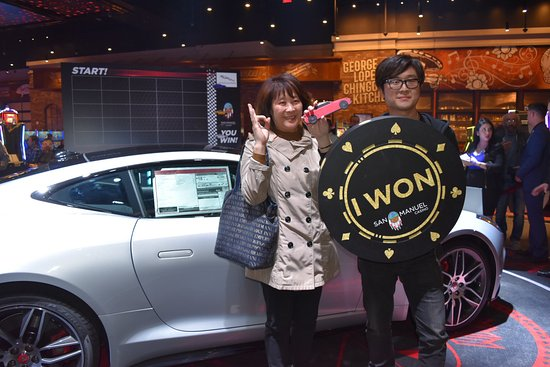 ‪‪Highland‬, كاليفورنيا: Yan Ce took a photo with his mom after winning a 2018 Jaguar F-Type at San Manuel Casino on 1/25‬