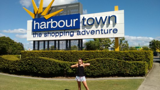 Harbour Town Outlet Shopping Centre: Our first visit. Buses stop and leave here to all areas within the coast.