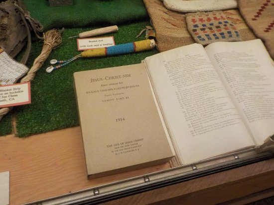 Klamath, كاليفورنيا: В музее: Библия на языке индейцев. 