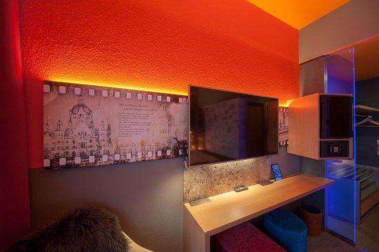 Hotelzimmer mit riesigem smart tv picture of designhotel for Wienecke xi designhotel congress