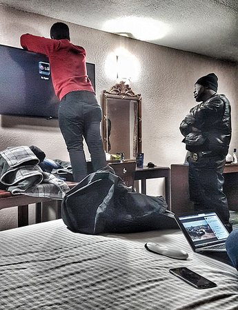 The Midtown Inn by FairBridge: TV broken beyond repair. Checkin guy to the rescue, accompanied by security guy