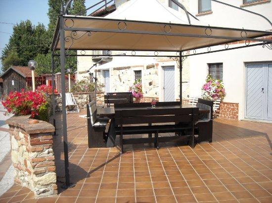 Grazzano Badoglio, Италия: Veranda dell'Albergo per relax e prime colazioni